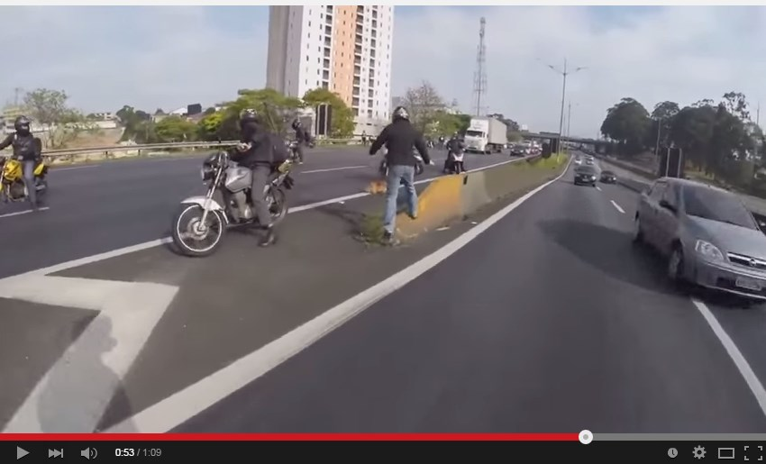 Motociclisti sbarrano la strada