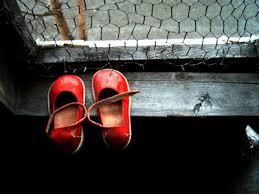 C'è un paio di scarpette rosse n 24