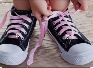 Mamma mi allacci le scarpe per favore?